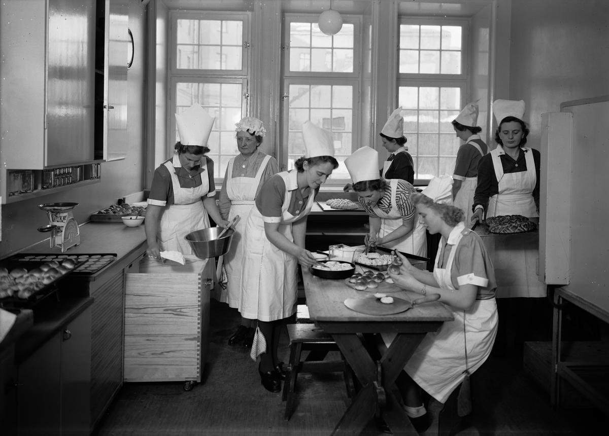 Bakning på Fackskolan för huslig ekonomi, Trädgårdsgatan 14, Uppsala 1945