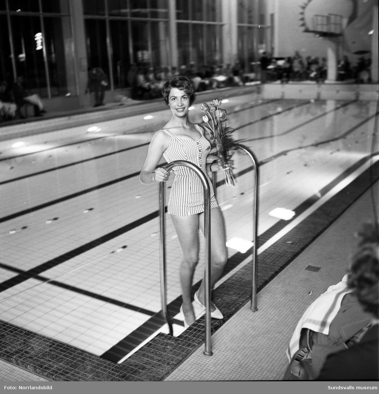 Simningar och modevisning  av baddräkter i Timrå simhall. Publikbilderna ger även en fingervisning om det rådande hattmodet för kvinnor.