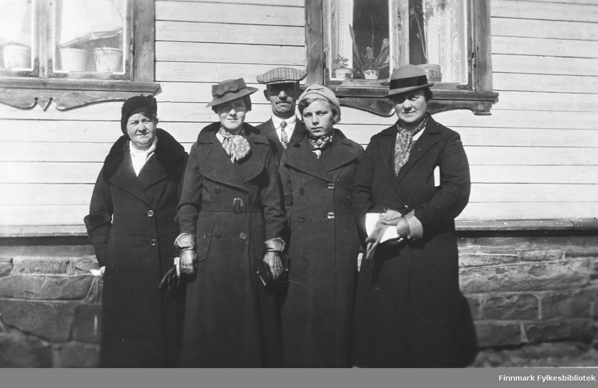Gruppebilde, antakelig fotografert utenfor Solstua i Vadsø på 1930-tallet. Fra venstre: Esther Betten, Asbjørg Betten, ukjent mann, Borghild Løkting, ukjent kvinne. B 5529