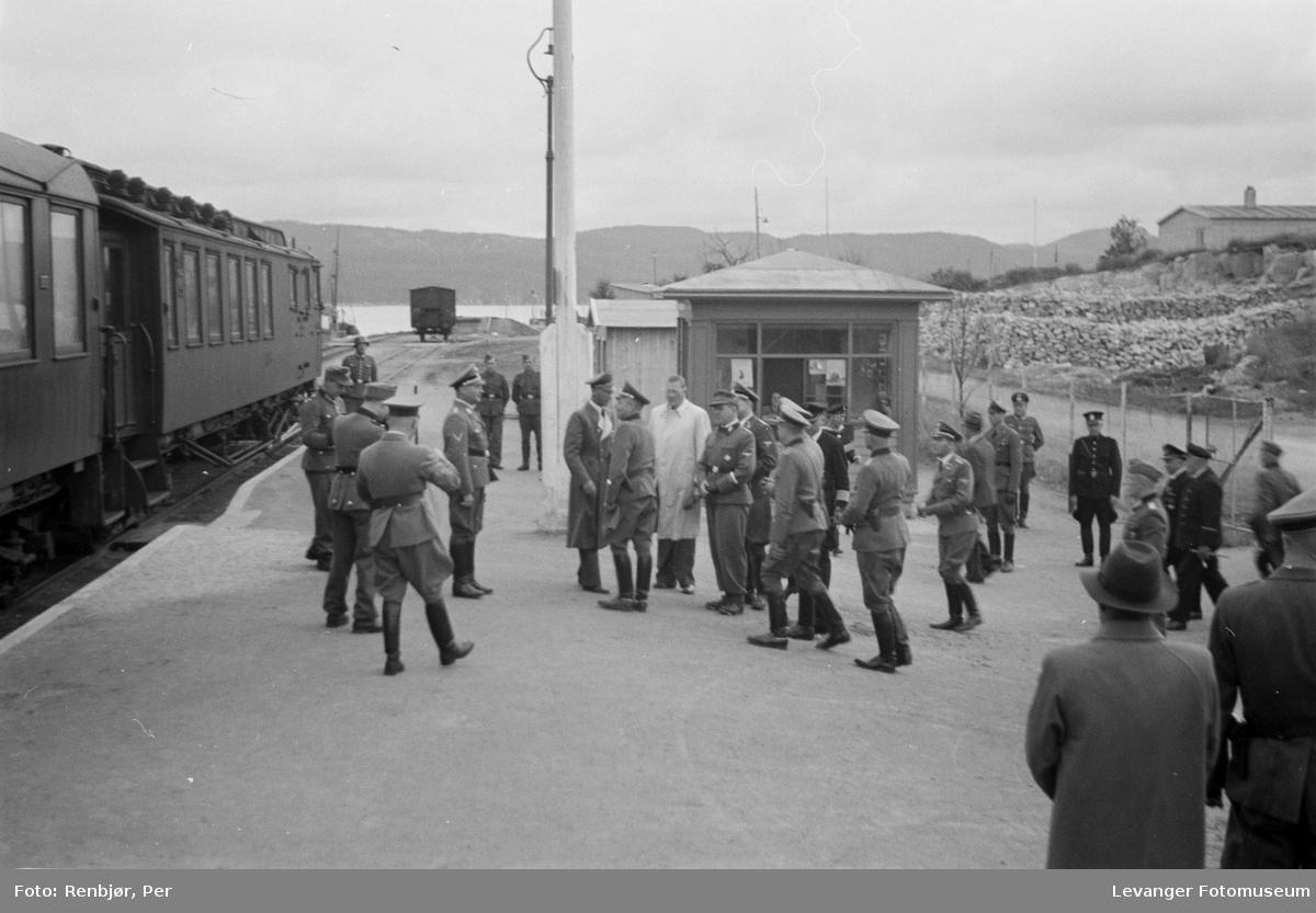 Høyere tyske offiserer ankommmer  Namsos stasjon juli 1942.