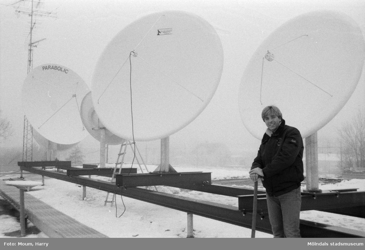 Seth Larsson på taket till det nybyggda Seth's Antenn och TV-service AB i Lindome, år 1985.  För mer information om bilden se under tilläggsinformation.