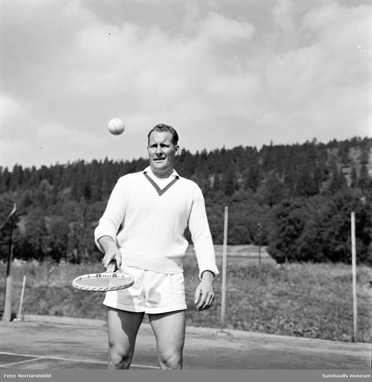"""Tennisspelaren Lars """"Larsa"""" Olsson från Sundsvall svingar racketen på utomhusplanen vid Västhagen."""