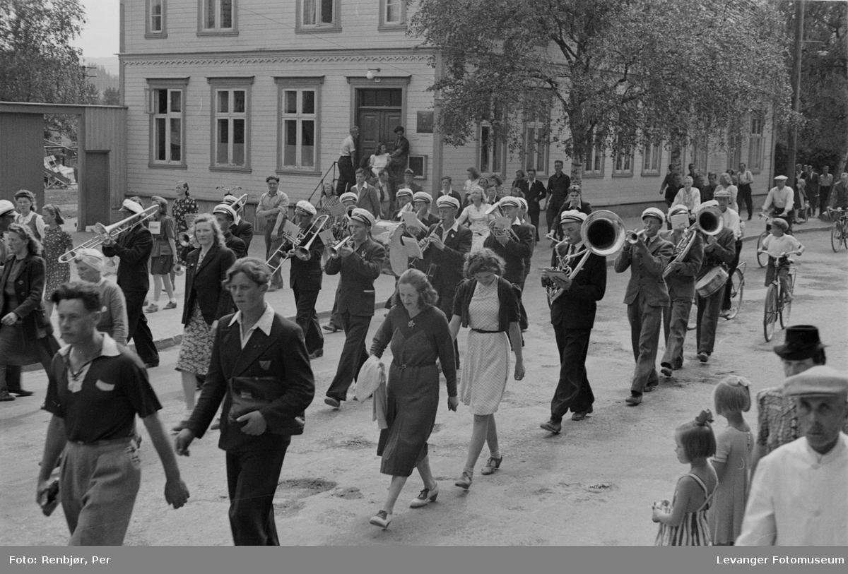 Arrengement til inntekt for heltefondet sommeren 1945.