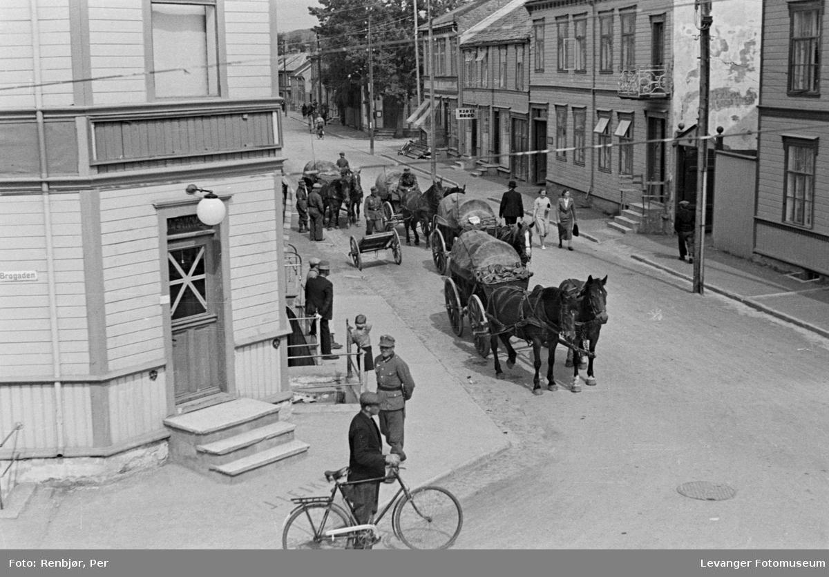 Gatescene tatt fra 2.etasje, tyske soldater med hest og sivilbefolkning.