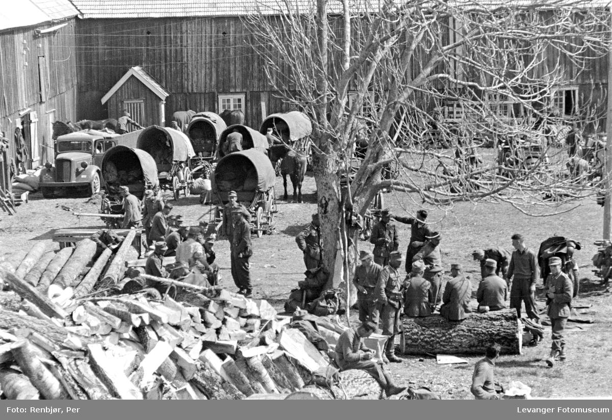 Tysk leirplass på et tun,, soldatene raster.