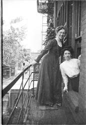 Magdalene Norman og Frida Thode utenfor kjøkkenvinduet i lei