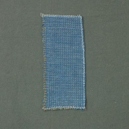 Prov till möbeltyg i korskypert med bomullsgarn i varp och ull- och lingarn i inslag.