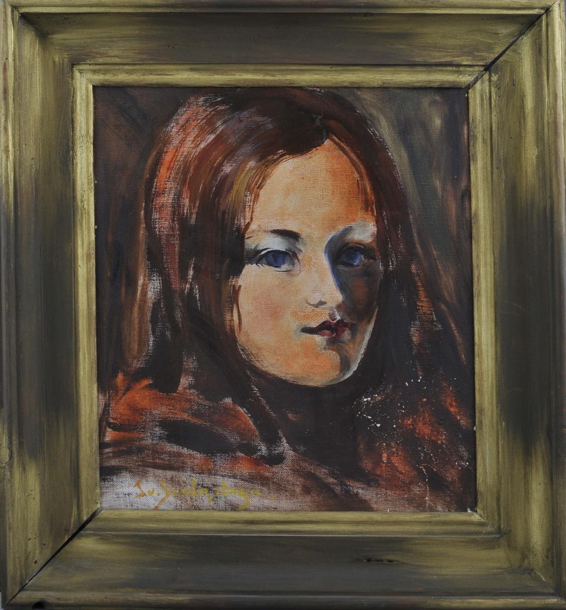 Portrett av ei jente med raud hår og blå augo, mot ein mørk bakgrunn.