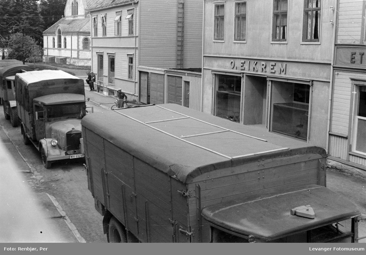 Tysk bilkolonne i Brugata i  Levanger.