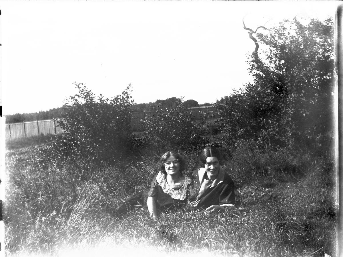 Lovisebergs trädgård, Vänersborg. Ellen Lindberg till vänster - Ida Borg till höger.