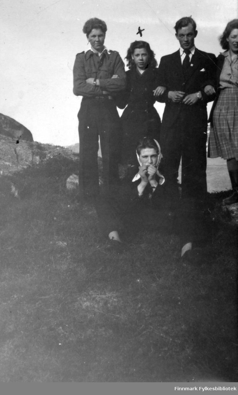 Fotografi av en gruppe mennesker som står oppe på en knaus. Det er to menn og tre kvinner. Kvinnen som står mellom mennene er Inger Hansen. Hun er kledt i en mørk kåpe. Inger er kusine til Abraham Randa