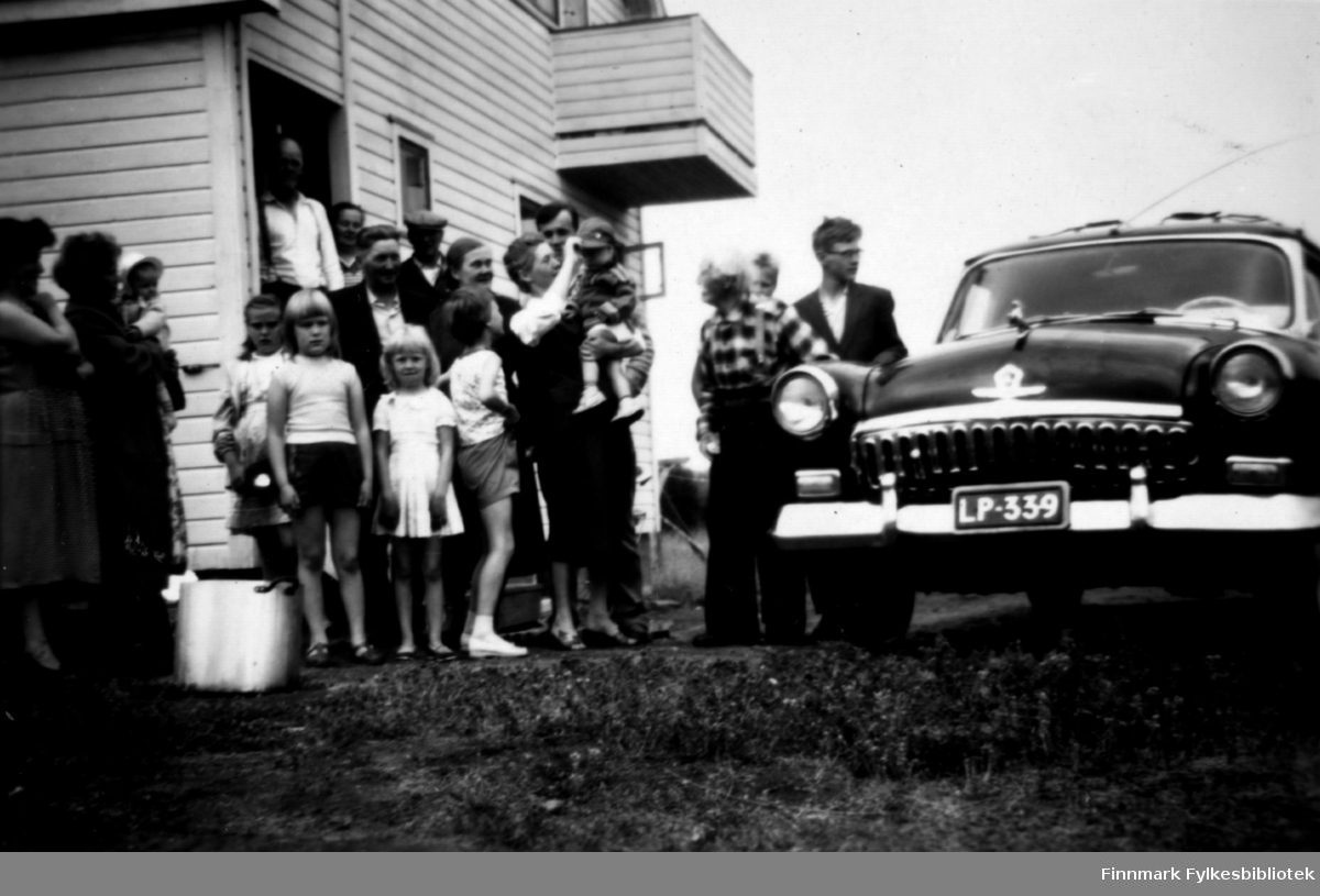 Fotografi av slektninger på besøk i Pasvik hos familien Stenbakk. Slektningene kom fra Inari, Finland. Datert 1960.