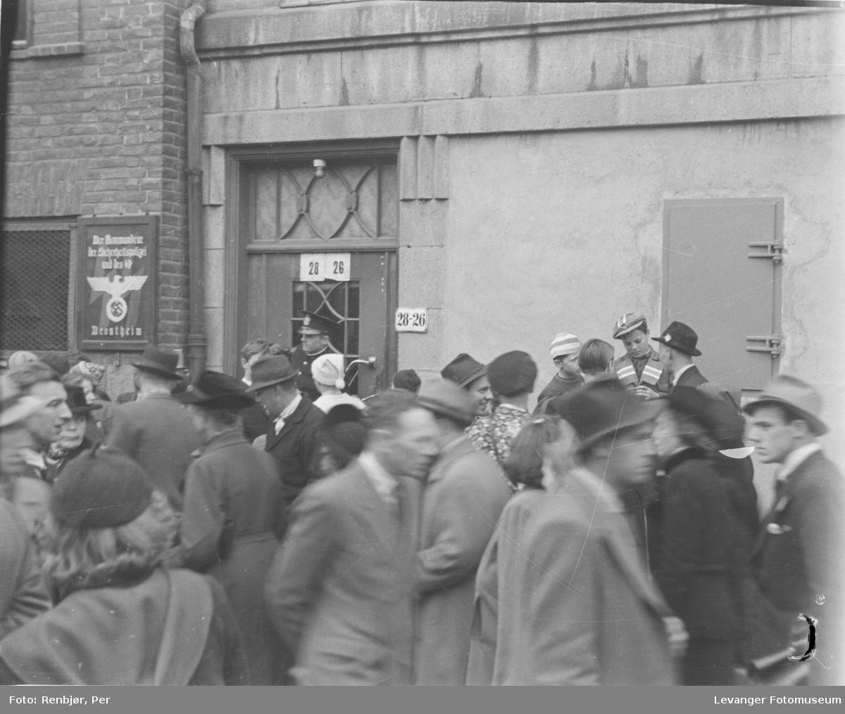 Utenfor Misjonshotellet på morgenen den 8.mai 1945.