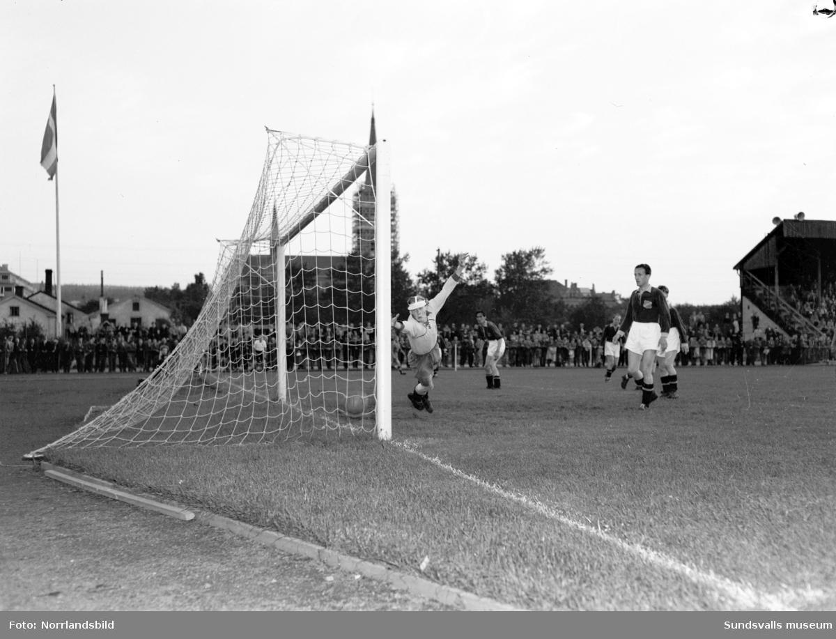 Fotbollsmatch, Fagervik-Ljunga 7-0, i Idrottsparken. Matchbild och lagbild.