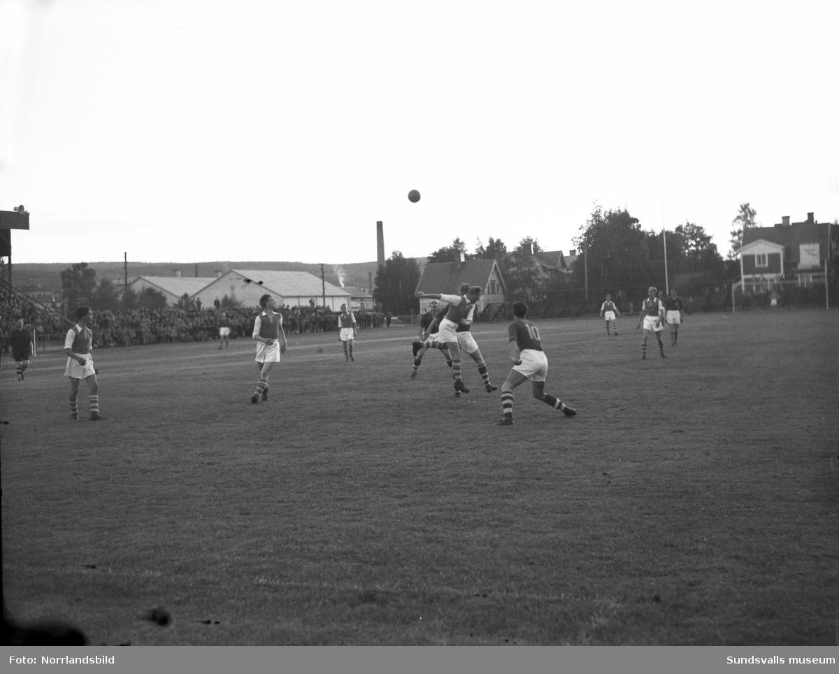 Fotbollsmatch i Idrottsparken, Medelpad-Ångermanland.
