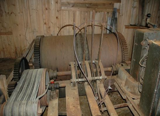 Det opprinnelige maskineriet med motor og vinsj står inntakt inne i heismaskinhuset fremdeles.