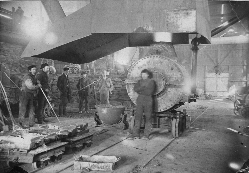 Arbeidere og ingeniører i Smelthytta 1894. Foto: Iv. Olsen