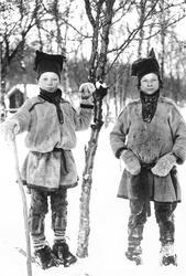To samiske gutter, før 1897. Til venstre muligens Ulve og ti
