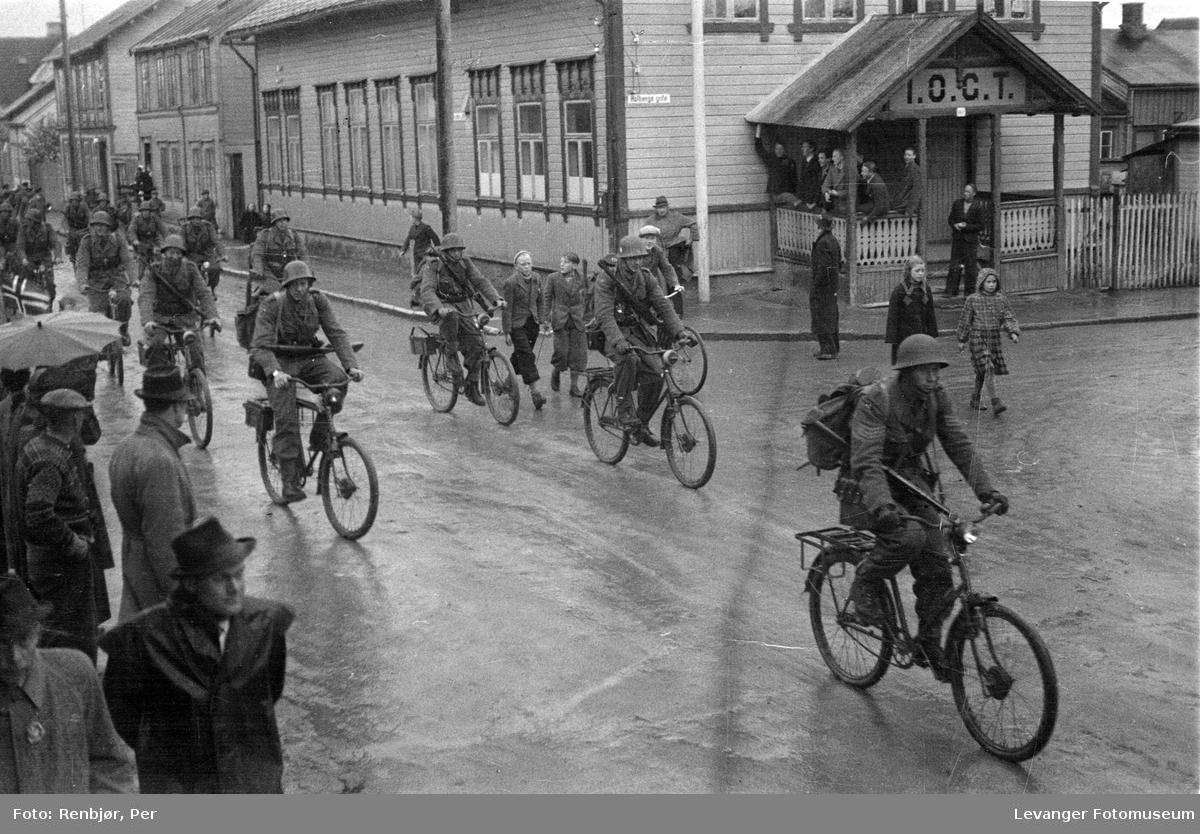 Norske politistyrker på sykkel, svensketroppene, i Levanger fredsvåren.