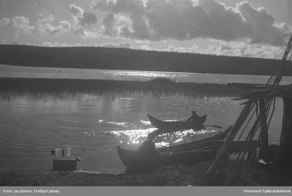 To elvebåter. Vi vet ikke hvor bilde er tatt (?).
