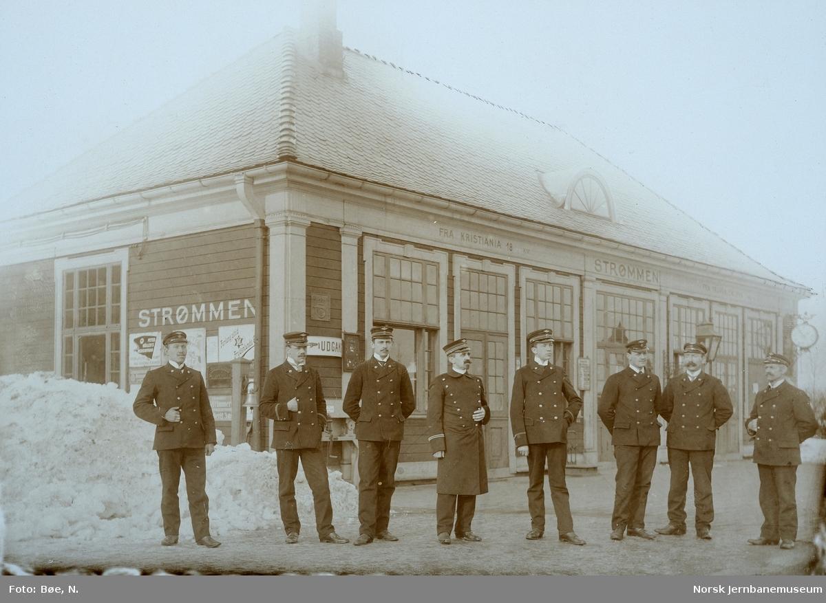 Gruppebilde av stasjonspersonalet foran Strømmen stasjonsbygning