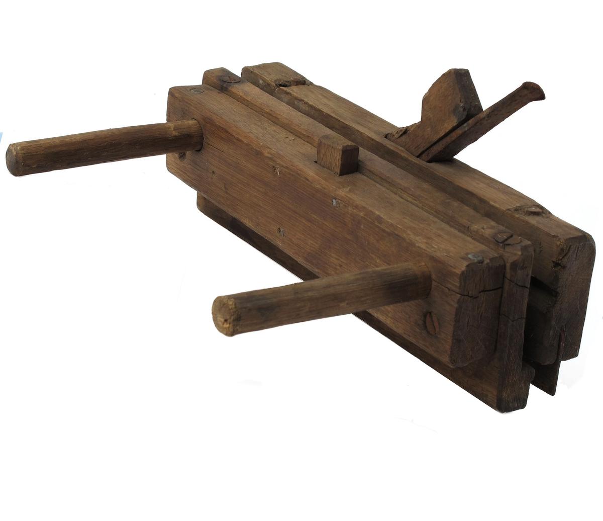 Nodhøvel av eik, umalt. Stillbar ved hjelp av 2 gjennomgående runde  trespiler. Meget smalt   jern  m. uleselig fabrikkstempel. Plugg eik. Banejern.   Høvelen har ikke håndtak.   Tilstand okt. 1960: Bane og høveljern rustet.