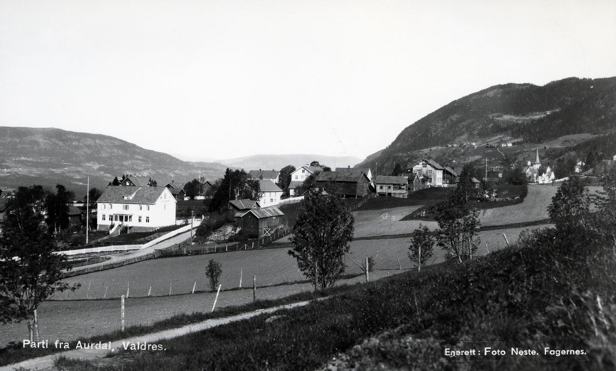 Bebyggelse i Aurdal, med kirka til høyre