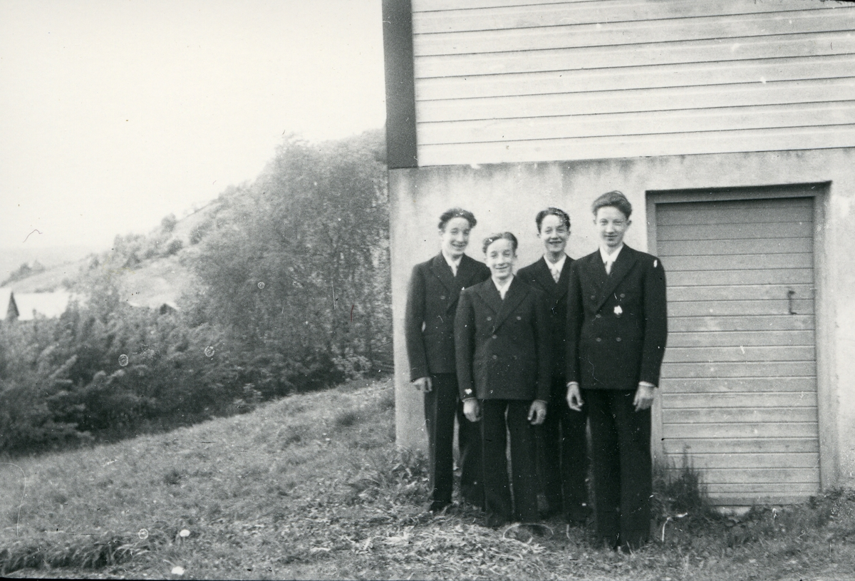 """Fra venstre Ivar, Reidar, Øystein og Olav Sørbø. """"Fire brør som vart konfirmert samstundes"""""""
