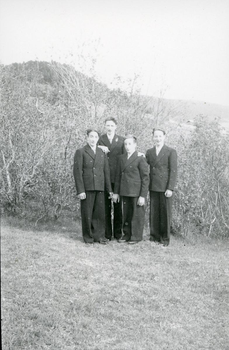 """Fra venstre Ivar, Øystein, Reidar og Olav Sørbø. """"Fire brør som vart konfirmert samstundes"""""""