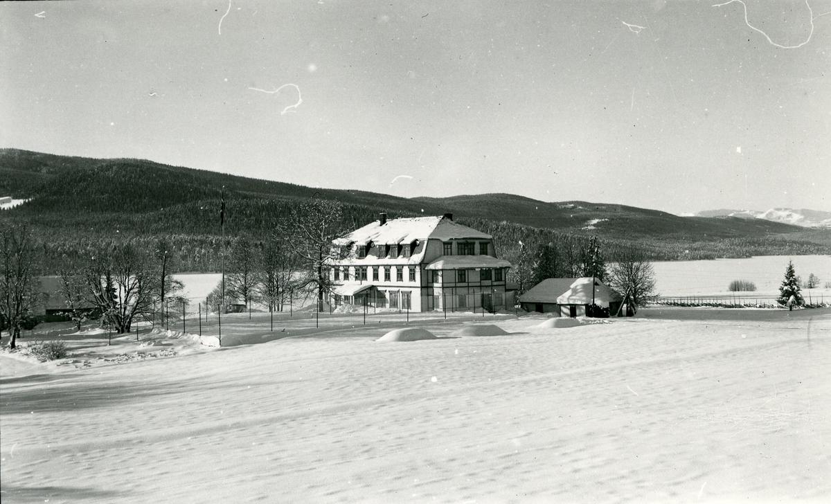 Heggenes hotell, Øystre Slidre, med arkitektur inspirert av bl.a. nybarokk og jugendstil. Vintermotiv