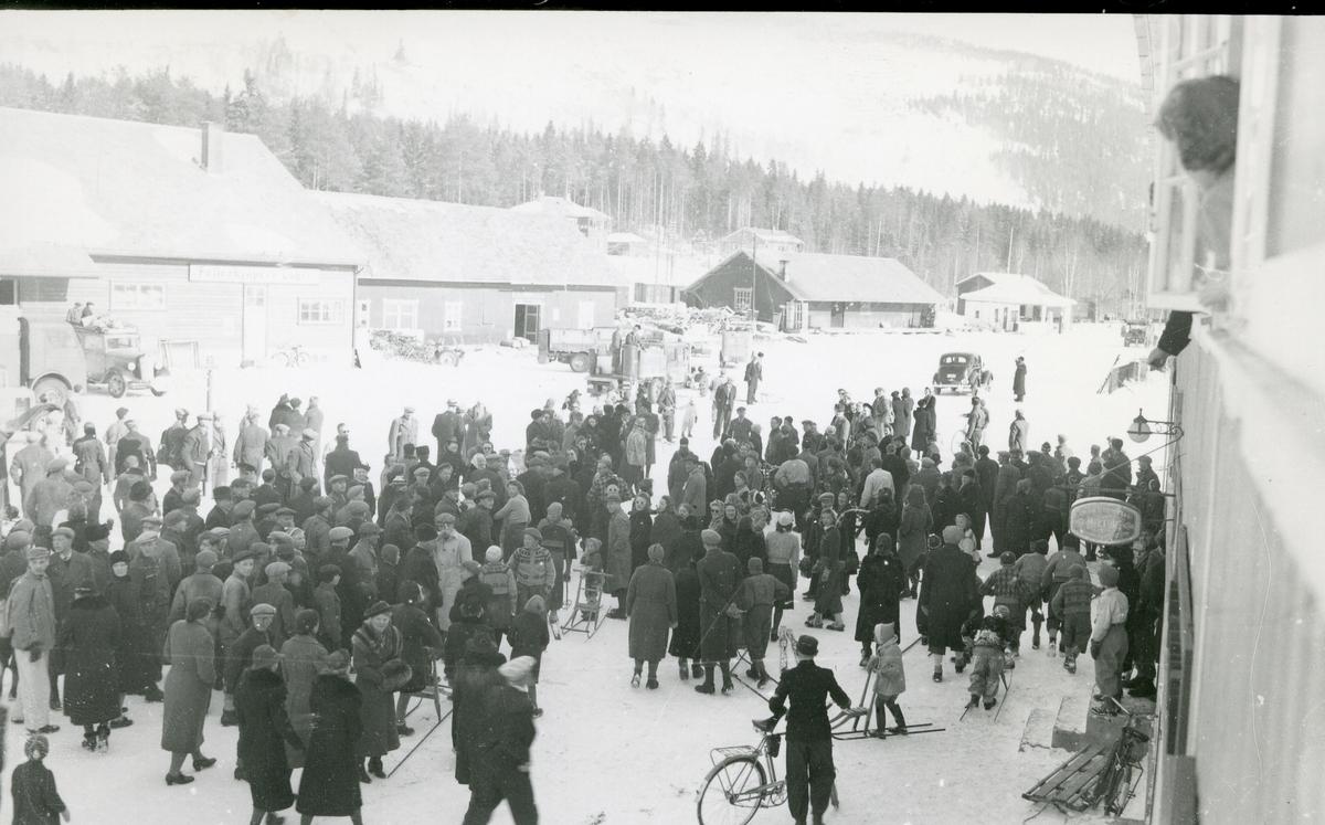 Menneskemengde framfor Neste-gården på Fagernes, i forbindelse med arrestasjonen av Fagernes-lærerne under andre verdenskrig