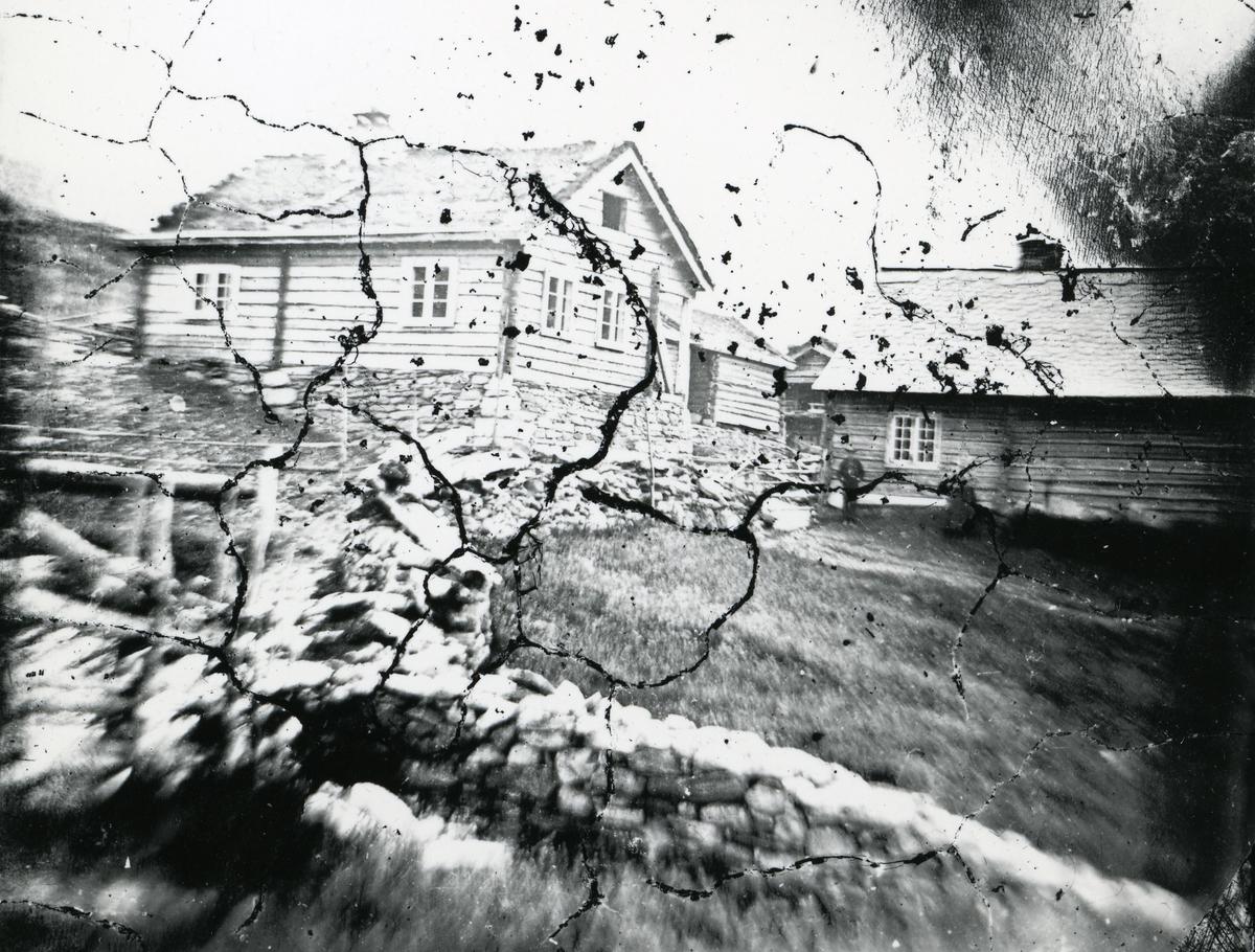 Steingjerde og flere tømmerhus