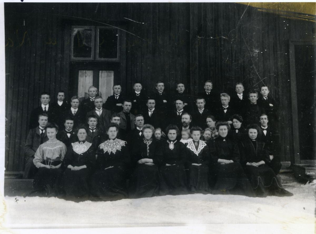 Gruppebilde av elever på vinterkurset på Valdres Folkehøgskule, Øvre Nes, 1908-09. Bldet er tatt ute