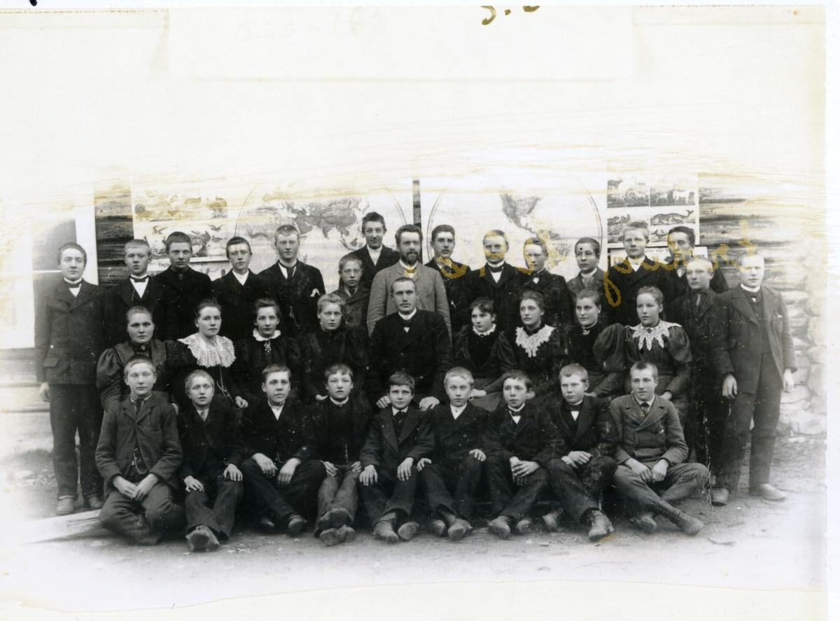 Gruppeilde av elever ved framhaldskolen i Bagn. Trolig 1896.