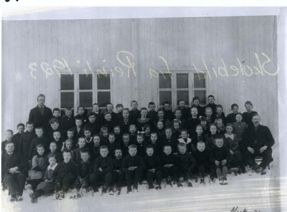 Gruppebilde av elever  fra Reinli, 1923. Bildet er tatt utenfor skolebygningen. Vinter