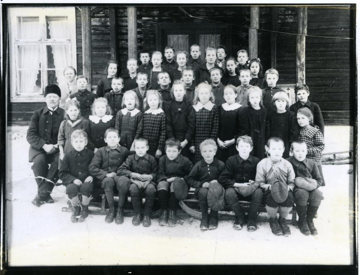 Gruppebilde av elever ved Sørskogen skole, Nord-Aurdal