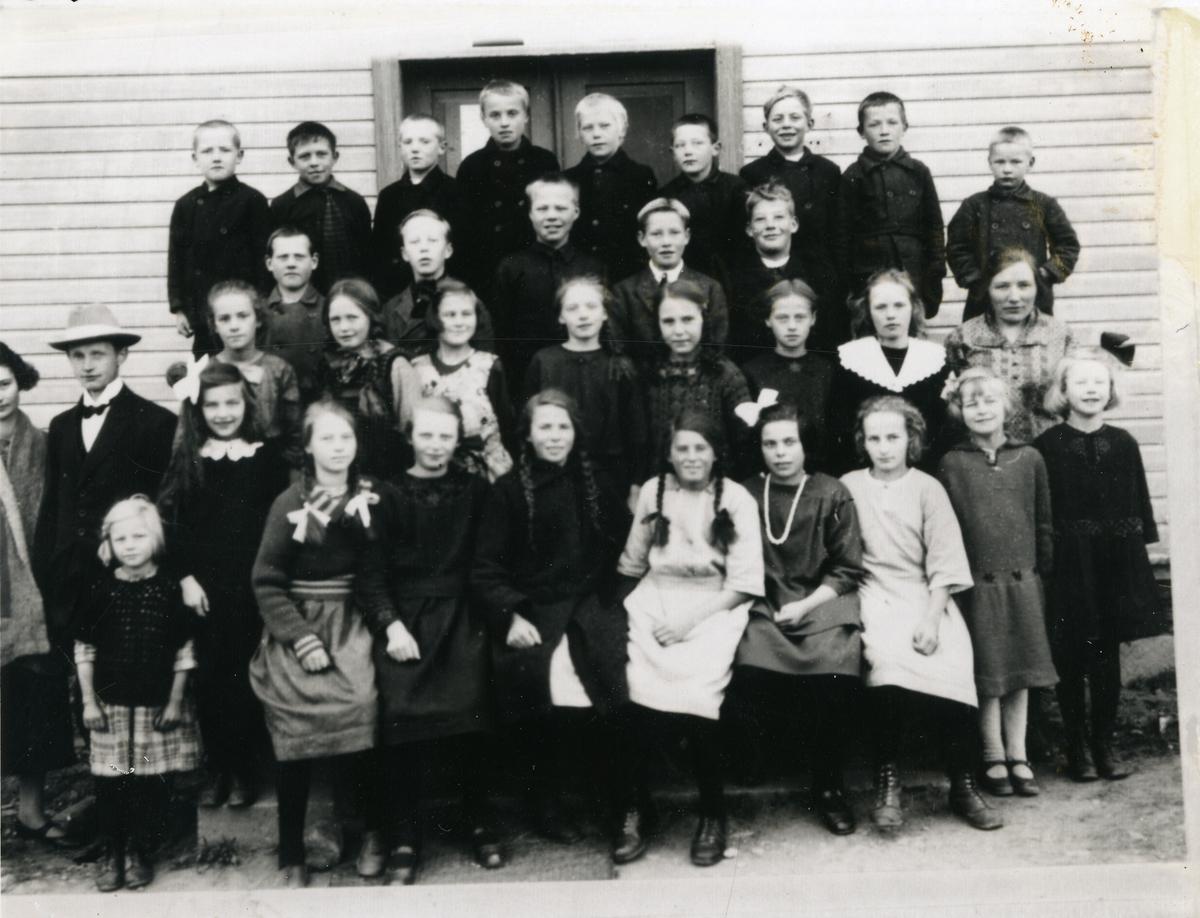 Gruppebilde av elever ved Volbu skule i Øystre Slidre