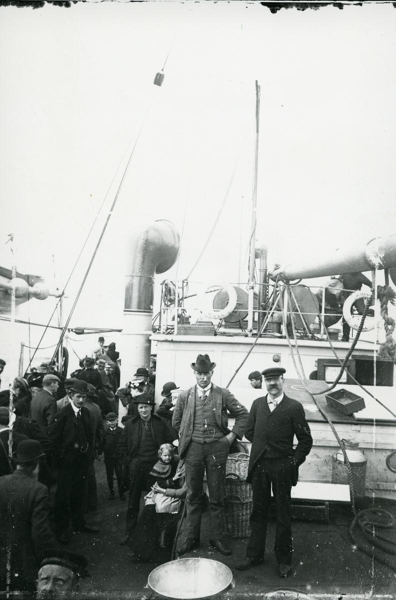 På båten til Amerika. Nils Fystro til venstre og til høyre Ole Snortheim (smedguten). Begge fra Røn, Vestre Slidre.