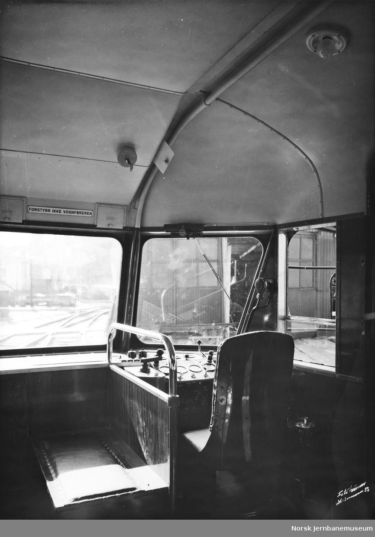 Interiørbilde fra motorvogn litra Cmdo type 7 nr. 18301, førerplassen