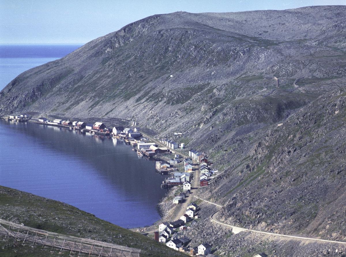 Flyfoto fra Kjøllefjord. Negativ nr. 122740.