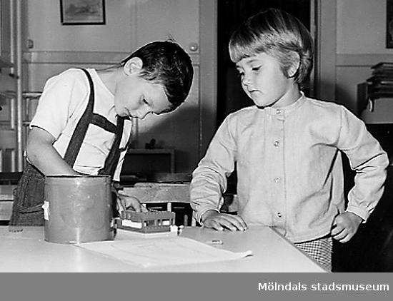 Två pojkar som leker med lego vid Holtermanska daghemmet 1953.