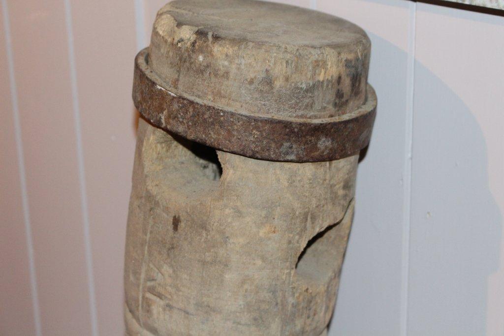 Form: Underligger med hull for skruene. To dreide og gjengede skruer som går gjennom en kraftig planke med jernband rundt i begge ender. Jernband også rundt skruene øverst, naverhull nedenfor for staur/armer som dreier skruene rundt.