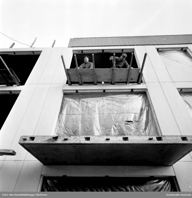 Nybyggnation i Granlo. Herolfs bygger två flerfamiljshus vid Höderbacken. Lyftning och montering av betongplattor med hjälp av gigantiska domkrafter.