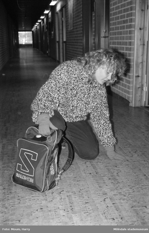 """Mattorna på Ekenskolan i Kållered ska bytas ut p.g.a. allergibesvär, år 1985. """"Helena Johansson klass 9 A i Ekenskolan har inte haft besvär av den omdiskuterade mattan.""""  För mer information om bilden se under tilläggsinformation."""