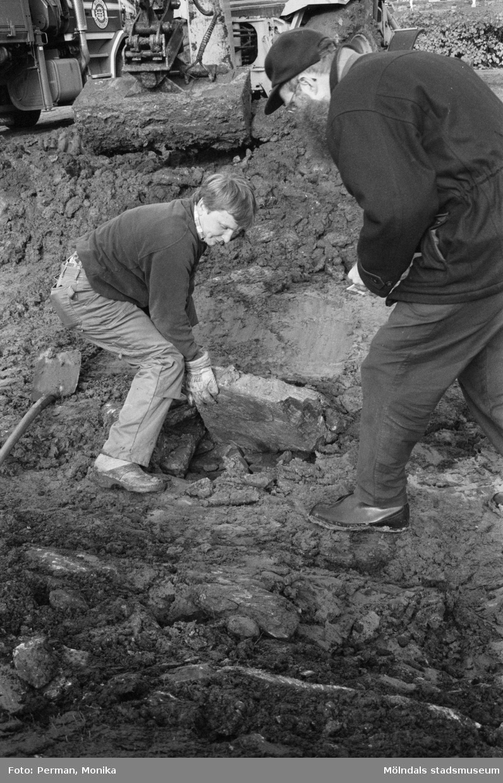 Dokumentation av anläggande av spelplaner på Gunnebo 1992-1993.Lars Gahrn inspekterar den äldsta dränagetunneln på 60 cm djup.
