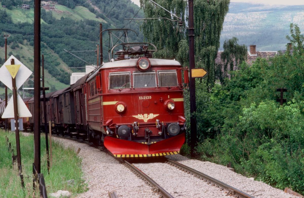 Godstog 5282 kjører ut fra Otta stasjon, med NSB elektrisk lokomotiv El 13 2135.