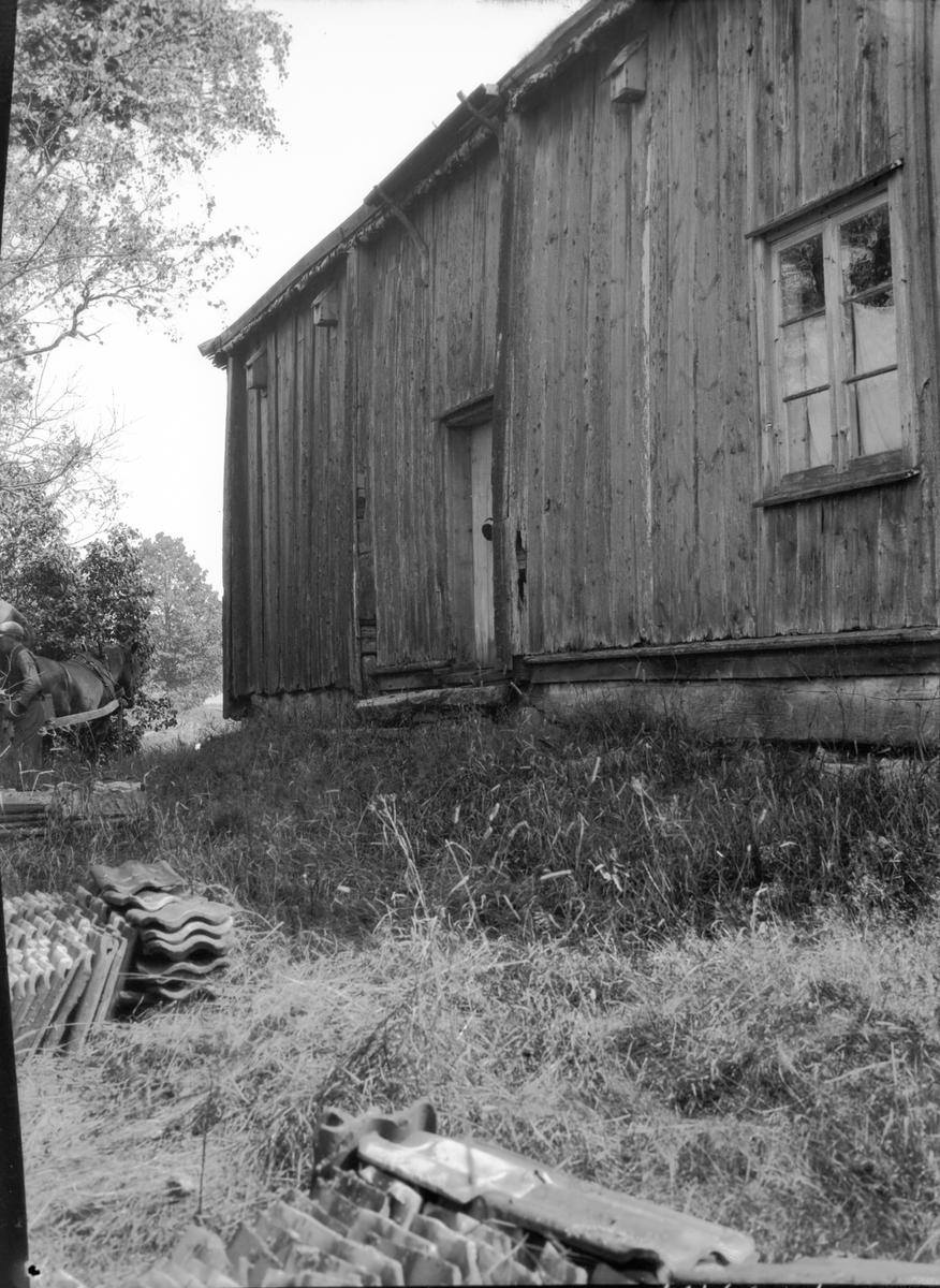Råskogsstugan   c.detalj av stugan  e. gaveln av stugan  g. stugans eksyll.   h. besökare vid stugan   Brålanda