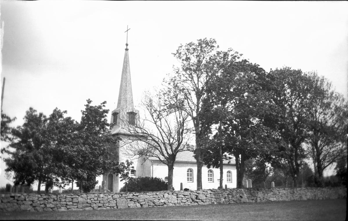 Kyrkan  c. även kyrkogården  Järbo