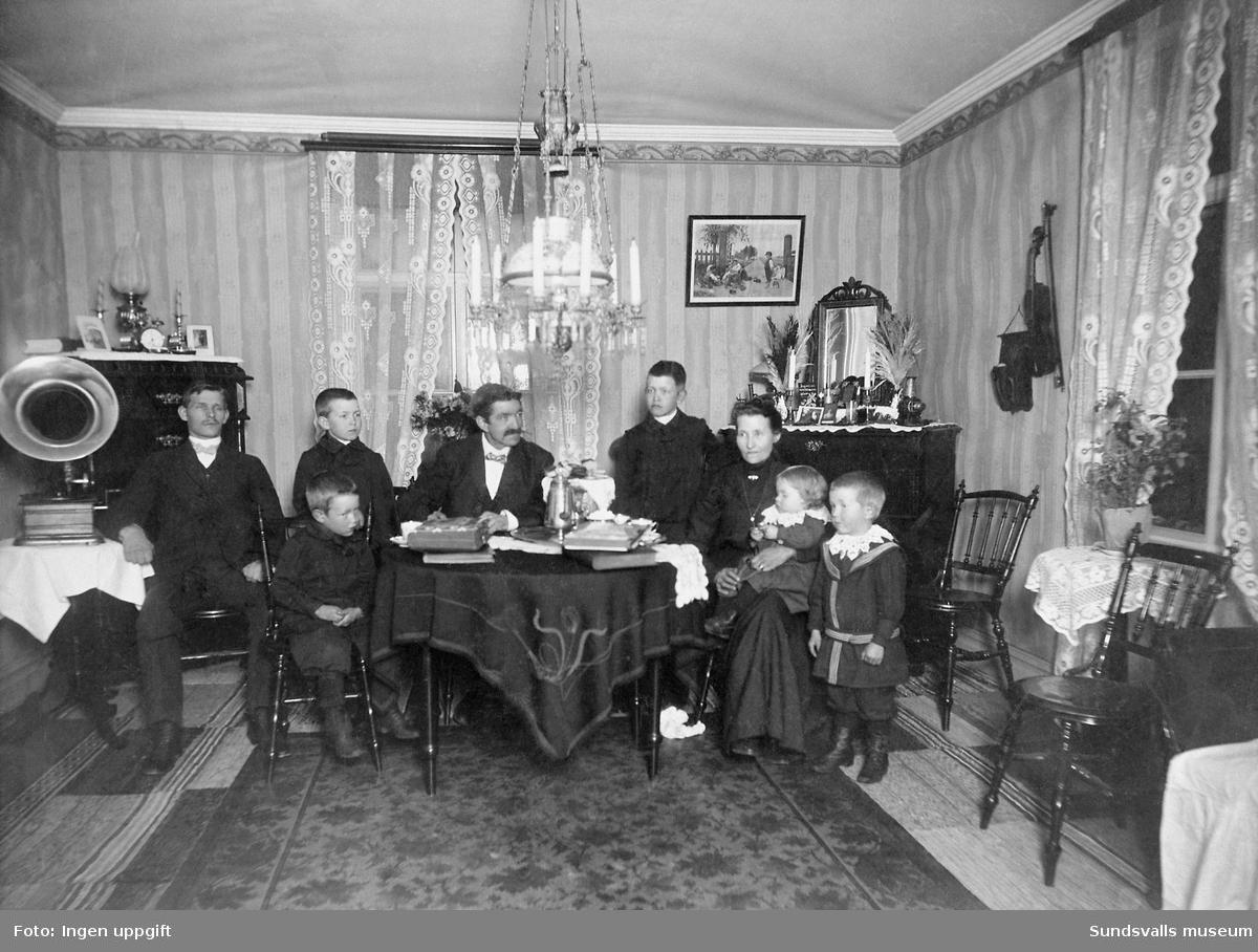 Manfred Magnusson med familj i det egnahemmet i Svartvik.