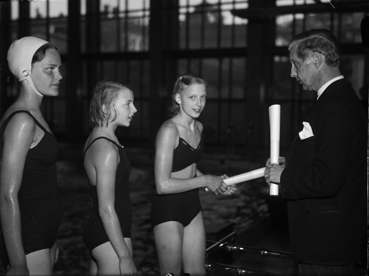 Utdelning av diplom, Centralbadet, Östra Ågatan, Uppsala maj 1943
